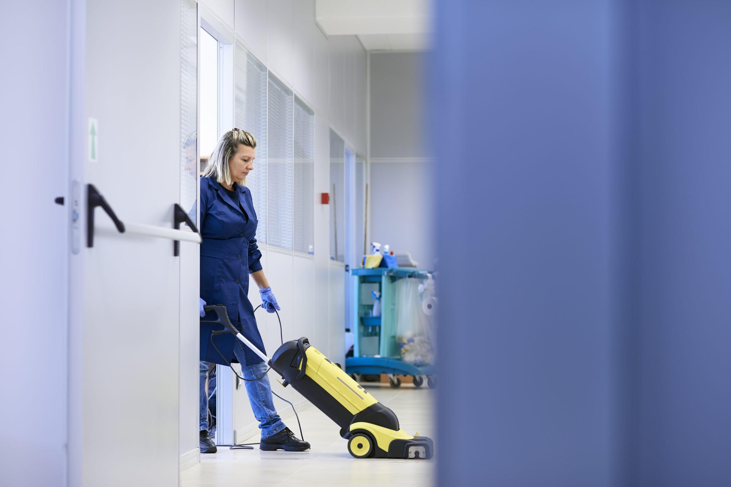 Donna facendo le pulizie di uffici