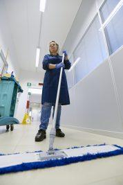Donna che pulisce i pavimenti