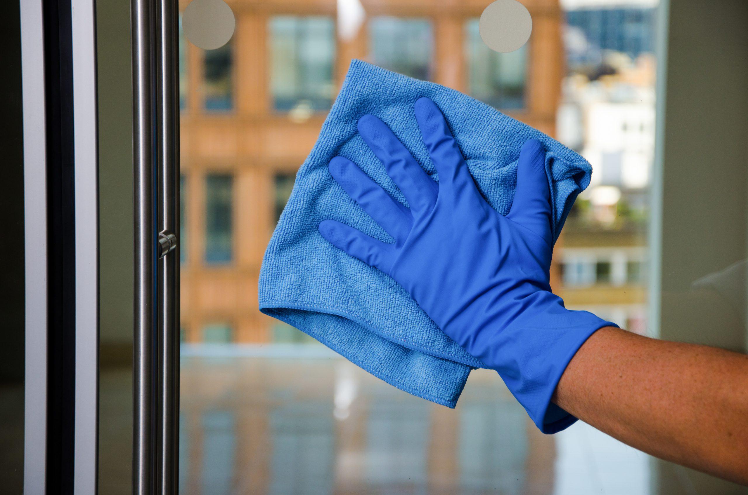 Pulizia di vetri, specchi e vetrate in uffici