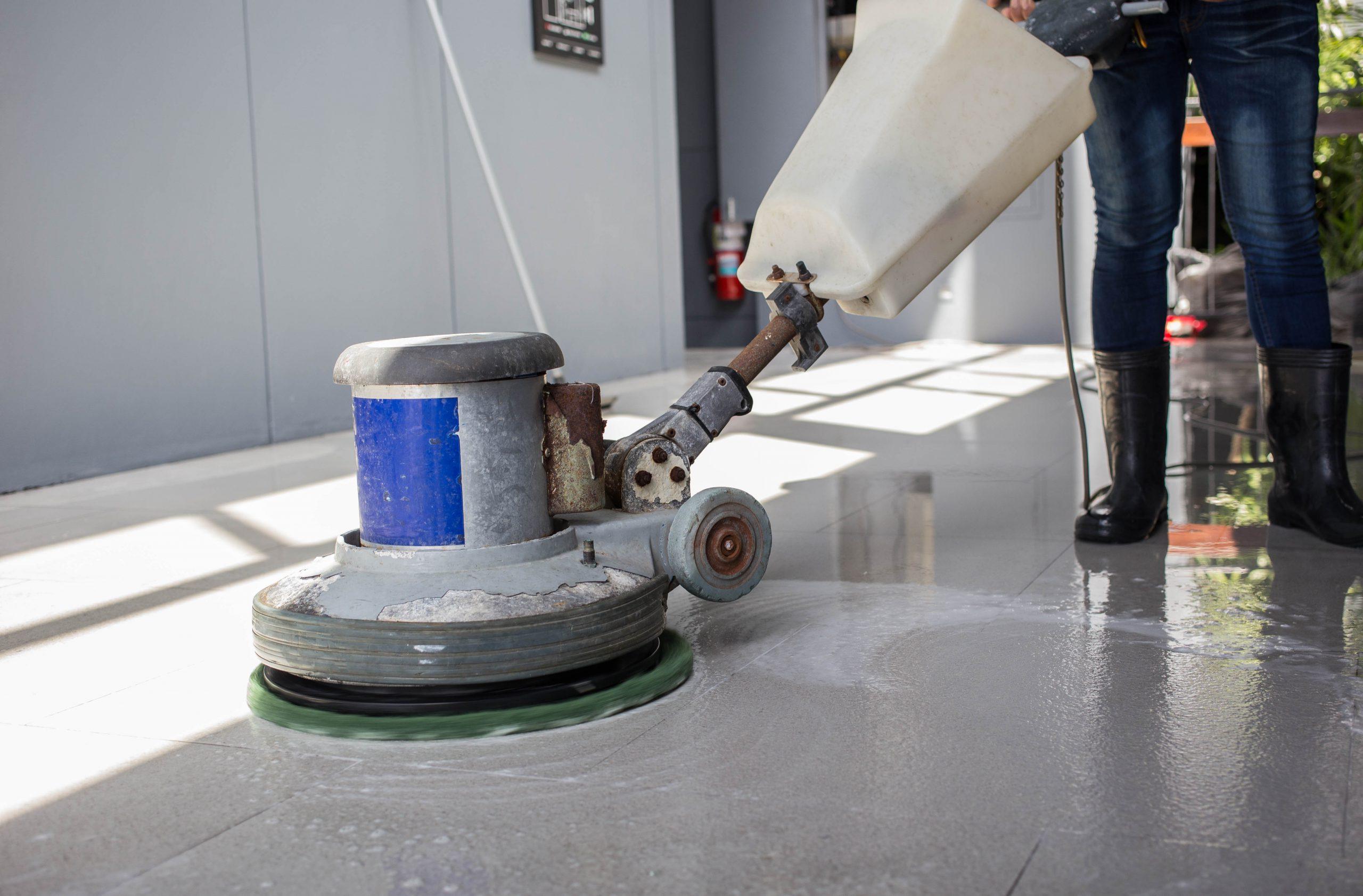 Impresa di pulizie: lavaggio di pavimenti in marmo